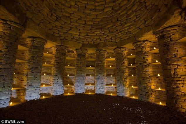 Deteilansicht Steinzeitwand Urne
