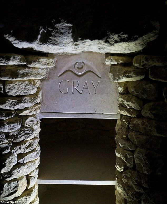 Urnen Nische deteil Ansicht Beschriftung