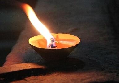 Feuerbestattung gedenken mit Urne