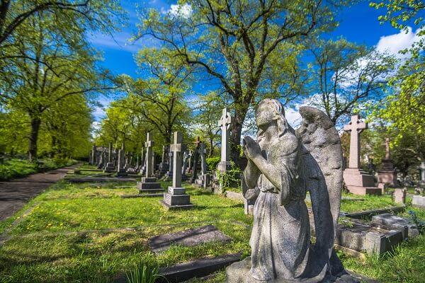 Friedhof mit Engel im Sommer