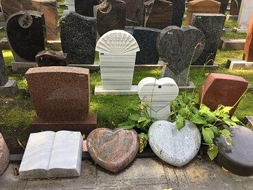 Grabsteine aus Berlin, verschiedene Fromen, Rollen und Herzen