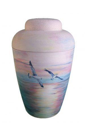Bio Urne mit Möwen über dem Meer , lila rot und blau Töne auf weißer Urne
