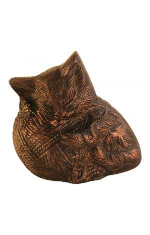 Dunkle Urne für Asche - schlafende Katze mit Wollknäuel
